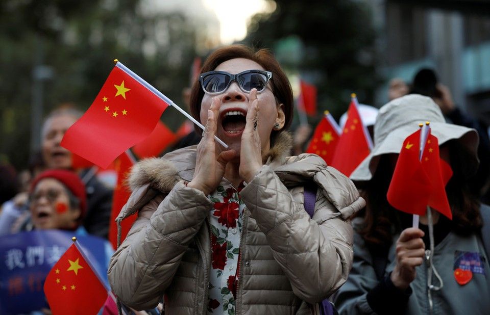Сторонники Пекина вышли на демонстрацию в Гонконге.