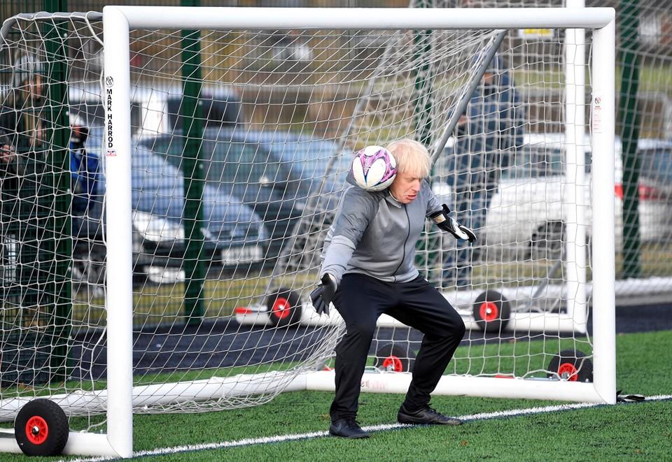 Премьер-министр Великобритании Борис Джонсон на тренировке перед футбольным матчем Hazel Grove United JFC vs Poynton Juniors girls.