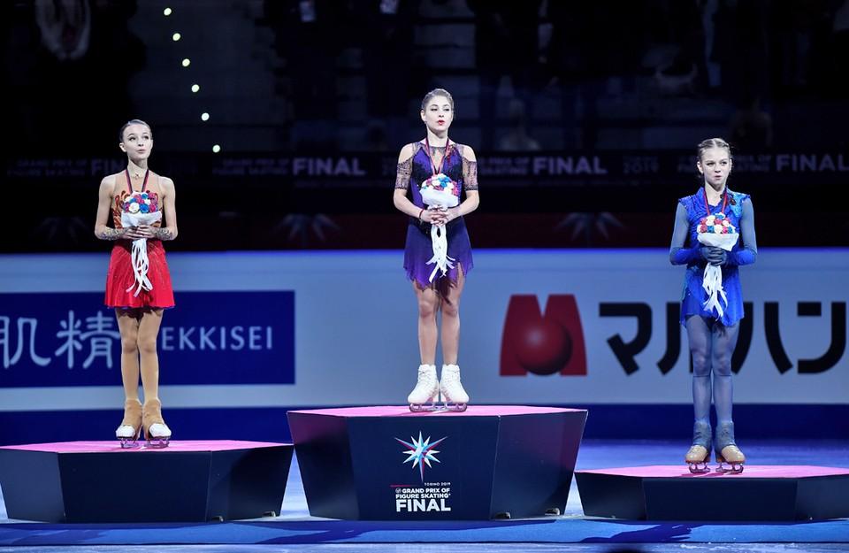 Российские фигуристки заняли весь пьедестал в финале Гран-при в итальянском Турине: 16-летняя Алена Косторная – золото, 15-летняя Анна Щербакова – серебро и 15-летняя Александра Трусова – бронза.