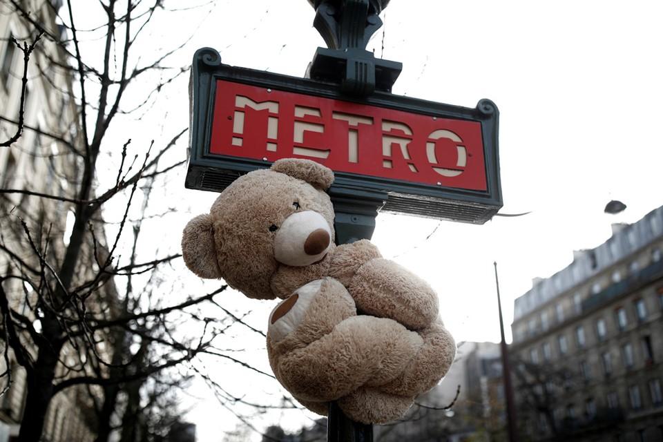 В Париже проходит забастовка рабочих метро, они выступают против реформы пенсий.
