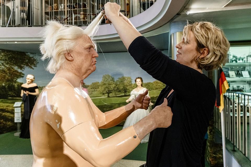 Визажист Генрит Масмайер укладывает волосы восковой фигуры президента США Дональда Трампа во время ежегодной чистке экспонатов в музее восковых фигур Паноктикум.