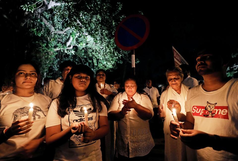Члены семьи одного из шри-ланкийских студентов, эвакуированных из провинции Ухань в Китае, молятся во время всенощной за здоровье больных коронавирусом.