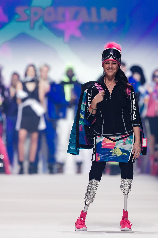 Модель, носящая протезы, представляет творение Sportalm Kitzbuehel во время Недели моды Mercedes-Benz 2020.