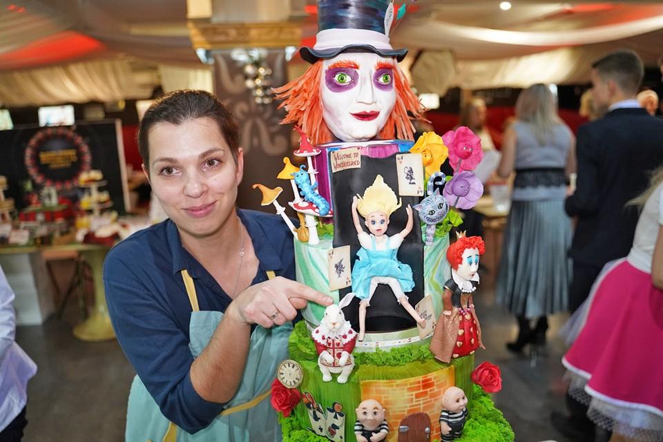 На International Pastry Cup — самом масштабном кондитерском конкурсе страны кулинары представили свои лучшие торты — праздничные, свадебные, детские, по мотивам сказок и мультфильмов. Эти шедевры можно было продегустировать.