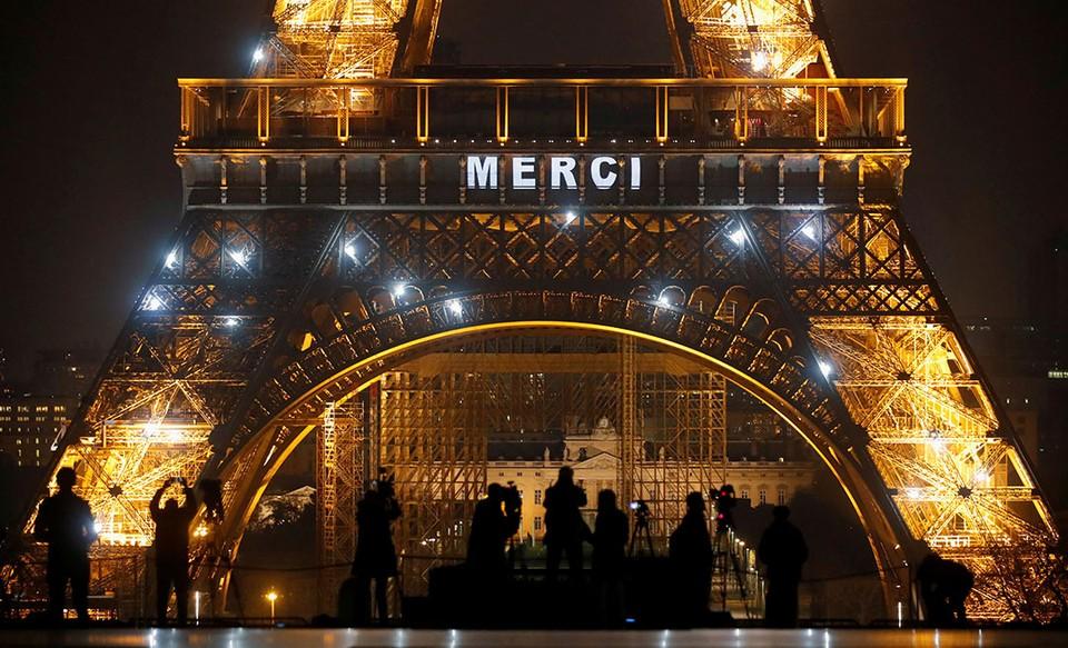 На Эйфелевой башне в Париже появилась надпись «Merci» в благодарность тем, кто находится на передовой в борьбе с коронавирусной болезнью.