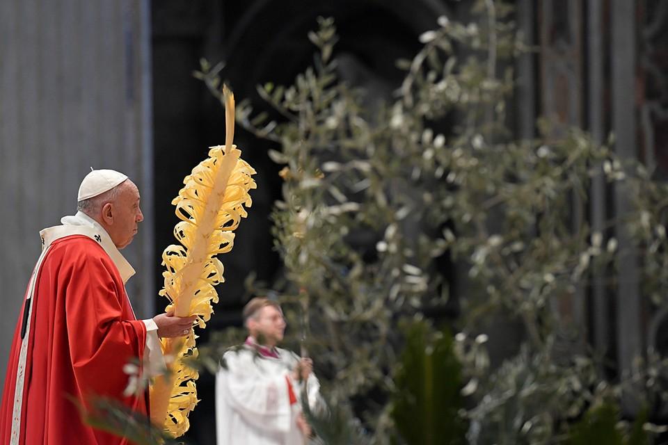 В Ватикане папа римский Франциск провёл праздничную службу в Пальмовое (Вербное) воскресенье по католическому календарю в пустом соборе Святого Петра