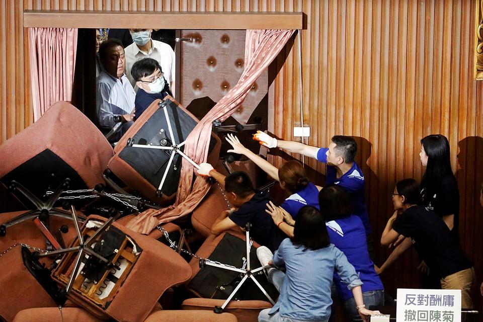 Драка произошла в парламенте Тайваня между представителями правящей партии и депутатами от оппозиции, которые оккупировали трибуну спикера