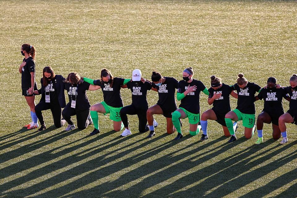 Американская футболистка перед матчем отказалась преклонить колено во время исполнения национального гимна в поддержку движения Black Lives Matter