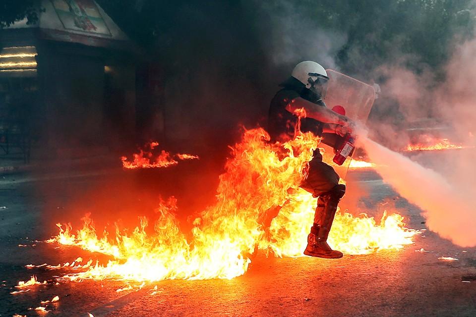 Более 10 тысяч человек вышли на улицы столицы Греции, чтобы выразить недовольство новым законом, регулирующим проведение демонстраций в стране