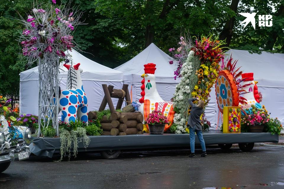 Традиционный Международный фестиваль цветов стартует сегодня в Петербурге. В этом году его посвятили медработникам, которые вносят основной вклад в борьбу с коронавирусной инфекцией.