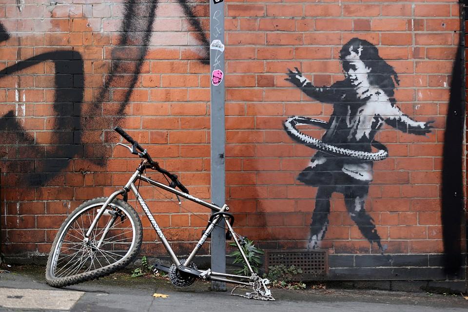 В британском Ноттингеме на кирпичной стене появилась новая работа стрит-арт художника Бэнкси - девочка возле стоящего рядом сломанного велосипеда