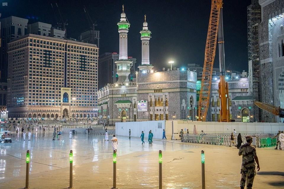 Власти Саудовской Аравии приняли решение о возобновлении молитв в главной святыне ислама – Заповедной мечети Мекки, впервые после того, как они были прекращены в целях борьбы с эпидемией коронавируса