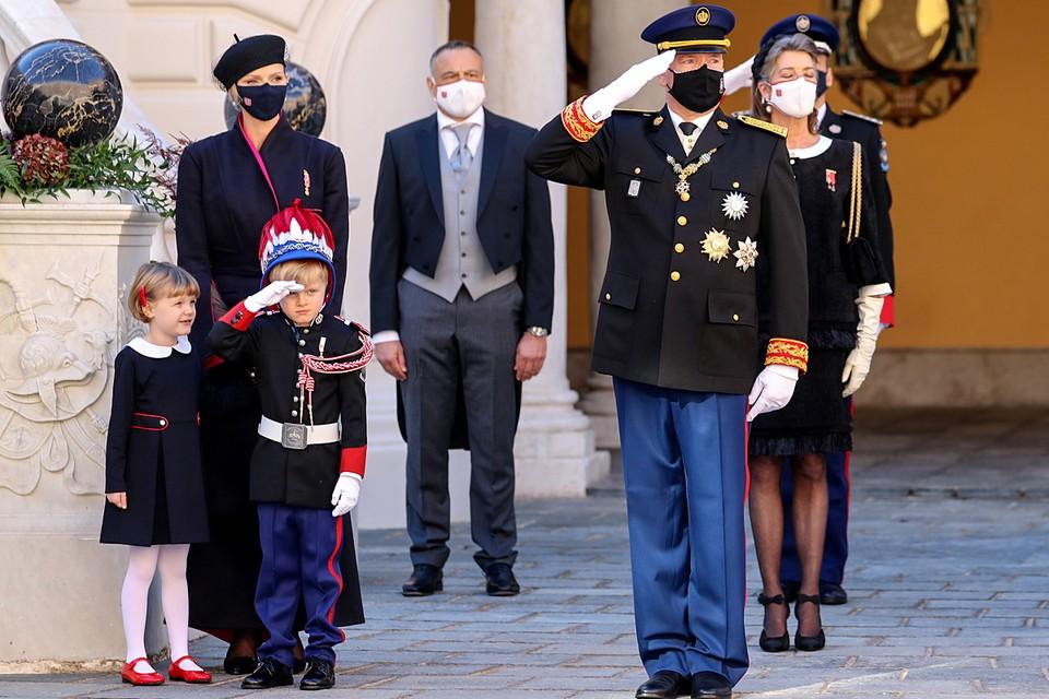 Князь Монако Альбер II и княгиня Шарлен с детьми на праздновании Национального дня в Монако
