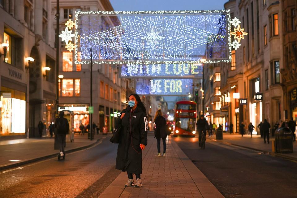 Рождественская декорация появилась улице на Оксфорд-стрит в Лондоне