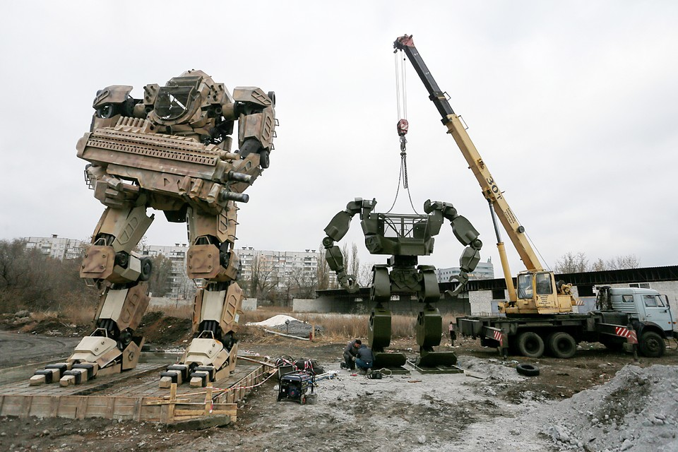 В Донецке работники авторемонтной мастерской в свободное время собирают огромных роботов из автозапчастей и металлолома