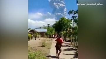 Люди спешно эвакуируются из-за извержения вулкана Левотоло в Индонезии
