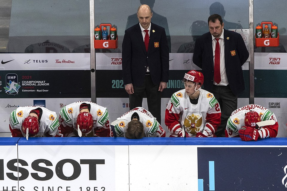 На скамейке сборной России после проигрыша финнам  матча за бронзовые медали Чемпионата мира по хоккею среди молодежных команд.