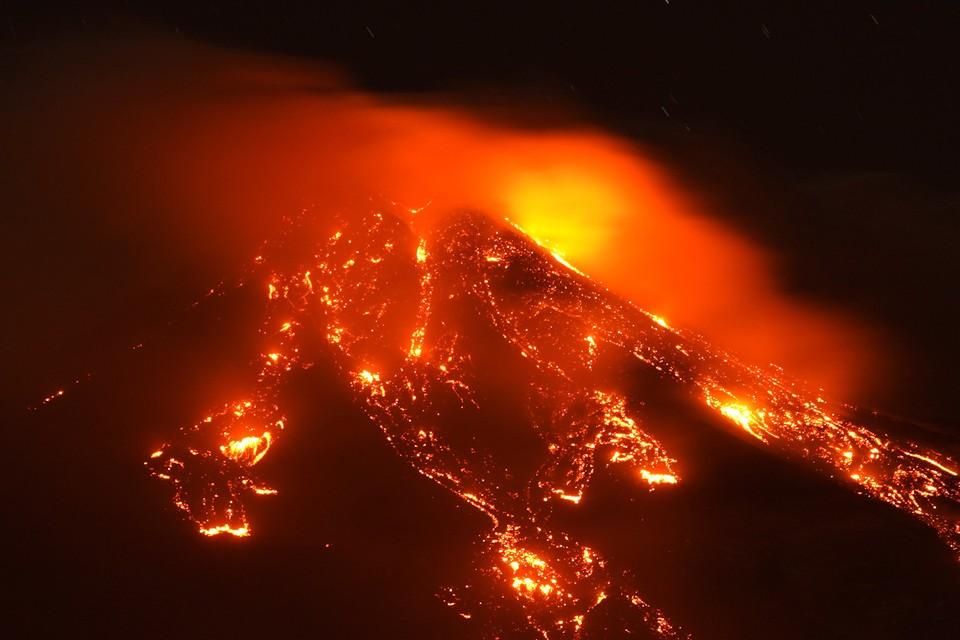 Bзвержение действующего вулкана Этна происходит на Сицилии постоянно