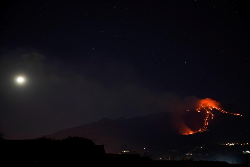 Куски породы после взрыва вулкана обрушились на несколько населенных пунктов