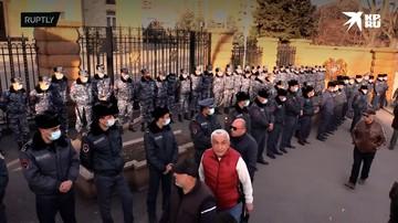 Полиция Еревана взяла под усиленную охрану резиденцию президента, к которой обещали прийти митингующие