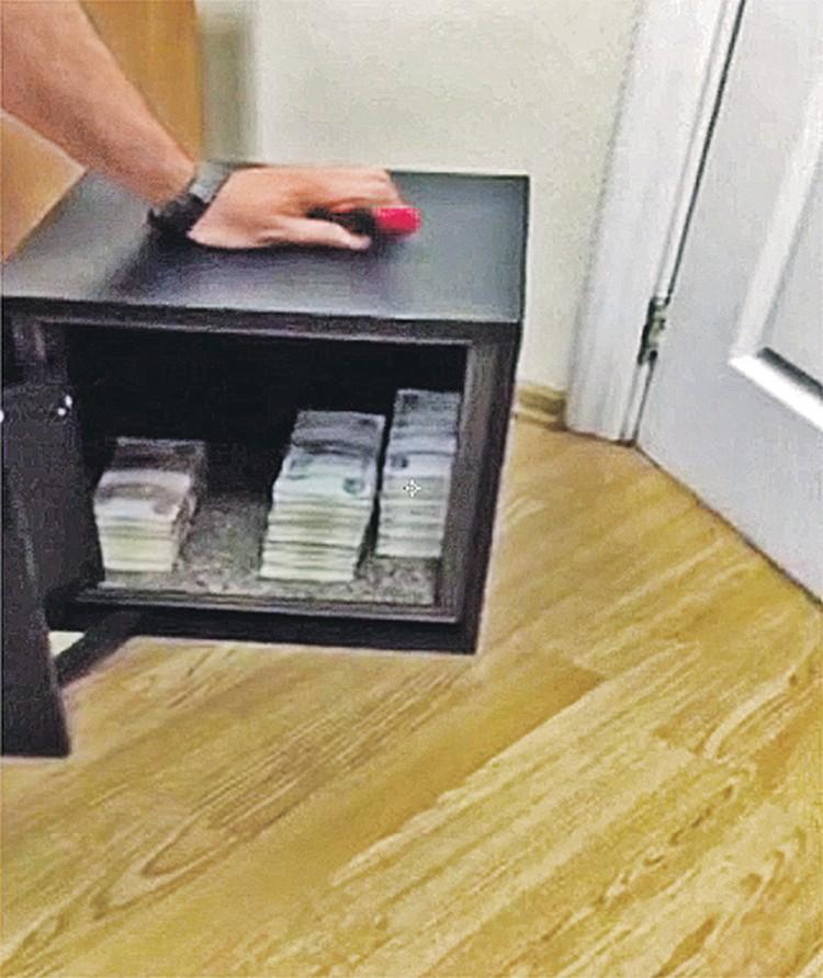 В сейфе у Вячеслава Гайзера - пачки купюр. На карманные расходы?..