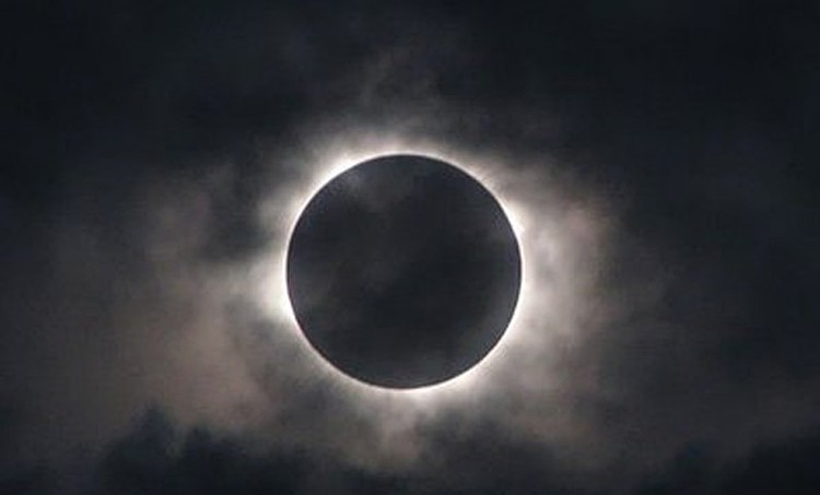 Лунные затмения не представляют никакой опасности, разве что собаки начнут выть и проявлять беспокойство лунатики