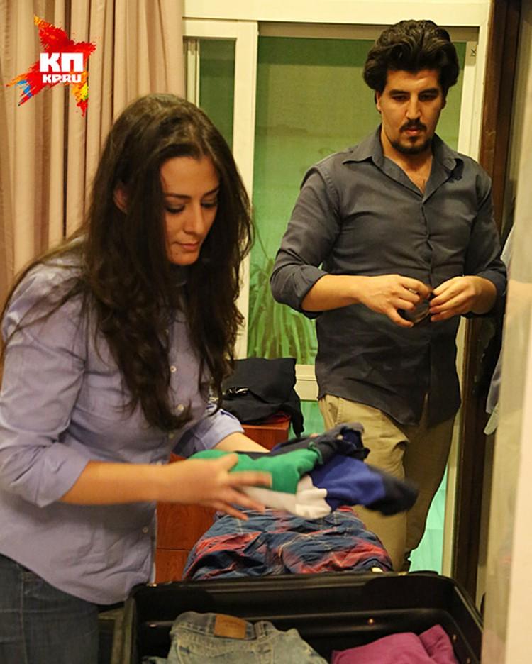 Батуля и Маджед Хамад пакуют чемоданы в своей просторной квартире на первом этаже