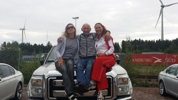 Друзья прощаются с Ольгой и ее подругой, Людмилой Ким (справа). Фото: соцсети