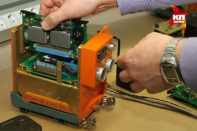 Более современный вариант – запись на микросхемы памяти, так называемые «флешки» (именно такой вариант стоял на разбившемся борту). Емкость их различается, но длительность непрерывной записи в зависимости от типа - 8-32 часов полета.