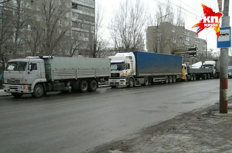 Грузовики заняли несколько кварталов на проспекте Строителей.