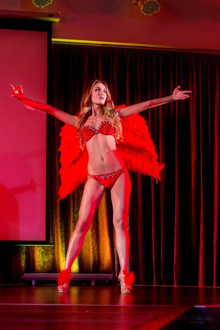 Дефиле в купальниках устроили подобно модному шоу дизайнера нижнего белья и купальников Victoria's Secret
