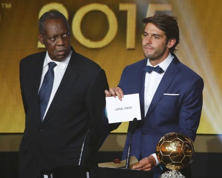 """Бразилец Кака достал заветную карточку, """"Золотой мяч"""" уходит Месси."""