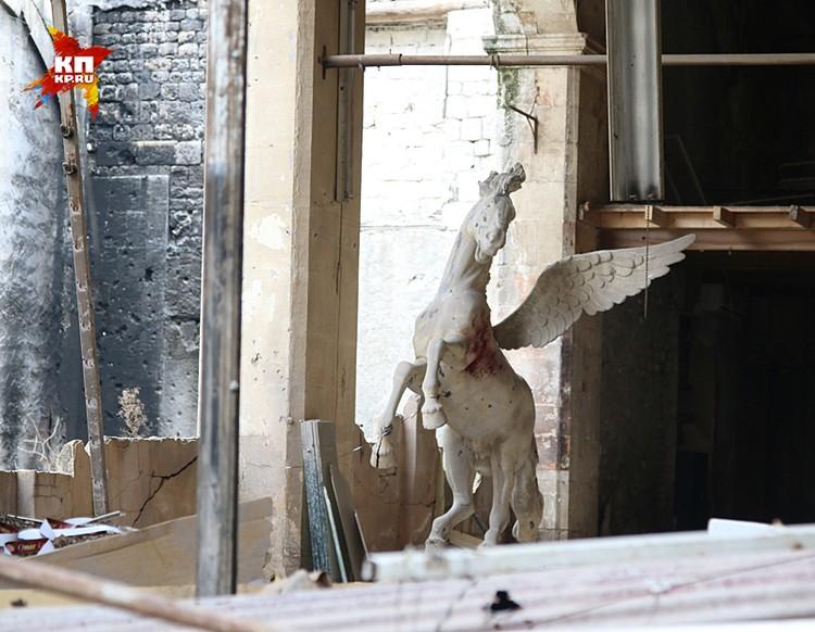В здании без крыши, застыл искалеченный осколками Пегас