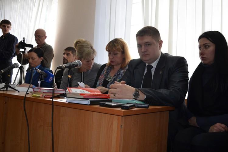 Жена погибшего (у микрофона) и его дочь (крайняя справа) требуют 7,5 миллионов рублей для компенсации морального вреда.