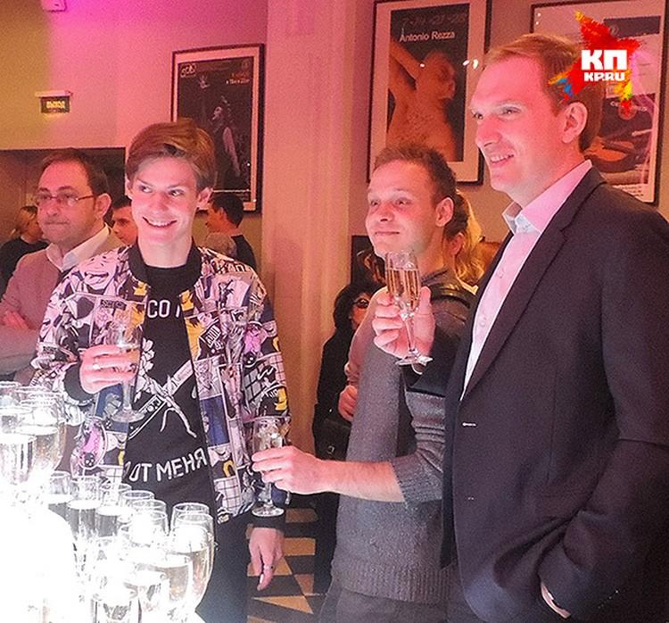 Павел Табаков с шампанским.