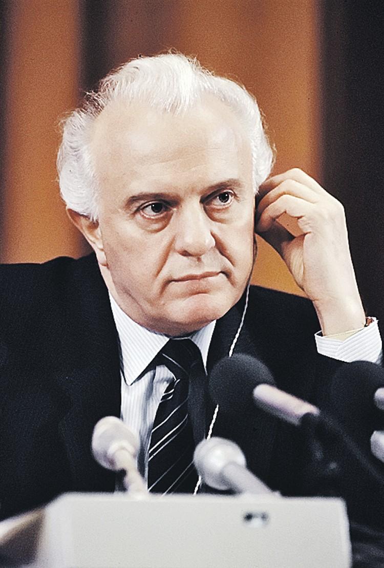 Министр иностранных дел СССР Эдуард Шеварднадзе, по воспоминаниям маршала Виктора Куликова, спал и видел Грузию вне Советского Союза.