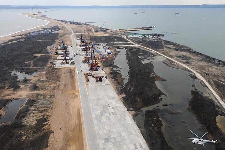 Вид на строительную площадку транспортного перехода через Керченский пролив на острове Тузла. Фото: Михаил Климентьев/пресс-служба президента РФ/ТАСС