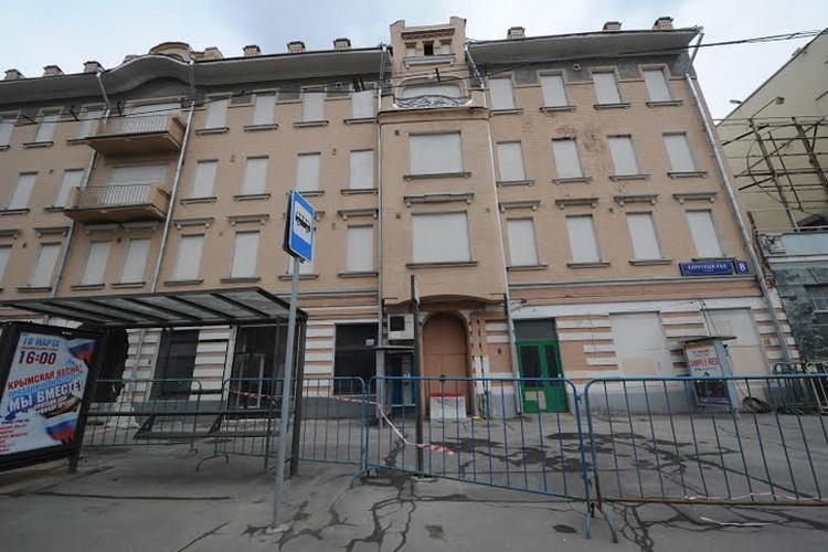 Фасад дома № 8 по улице Каретный ряд обнесен ограждениями. Подходить к нему опасно.