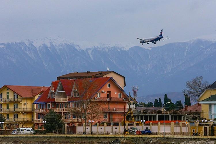 Сочи. Самолет заходит на посадку в аэропорт Адлера. Фото: Александр Демьянчук/ТАСС