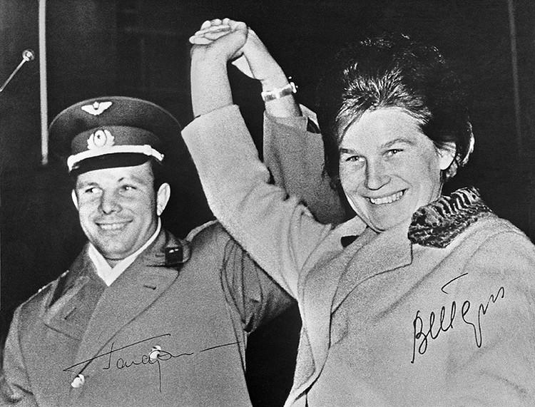 1963 год. Советские герои космоса Юрий Гагарин и Валентина Терешкова в Берлине. Фото АДН-ТАСС