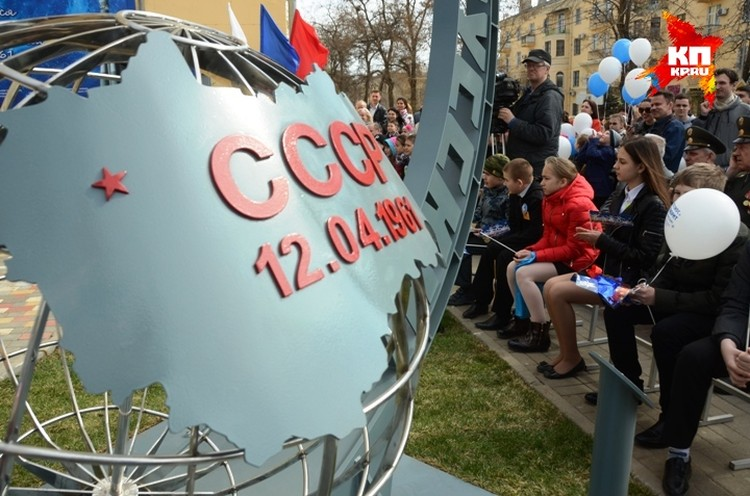 Автор памятного знака - волгоградский архитектор Алексей Антюфеев.