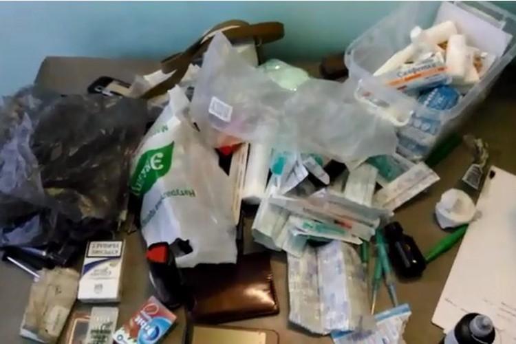 Военные прихватили из госпиталя очень много шприцов, бинтов и лекарств. Стоп кадр