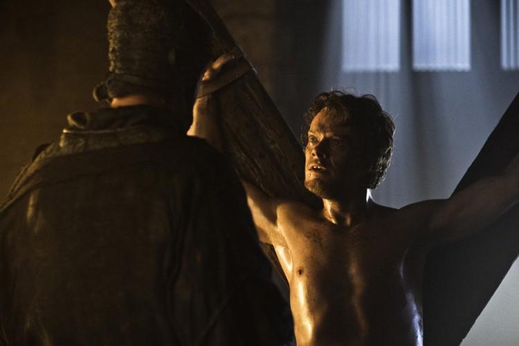 Несколько сезонов зрители наблюдали, как над Теоном жестоко издевался Рамси Болтон