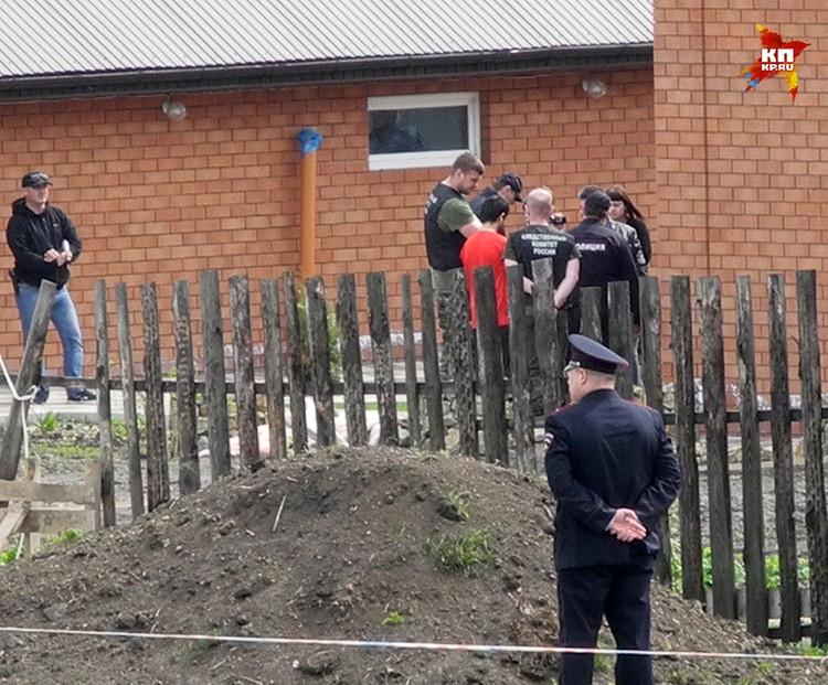 В селе Ивашевка под Сызранью проходит следственный эксперимент. Следователи привезли туда четвертого подозреваемого в убийстве