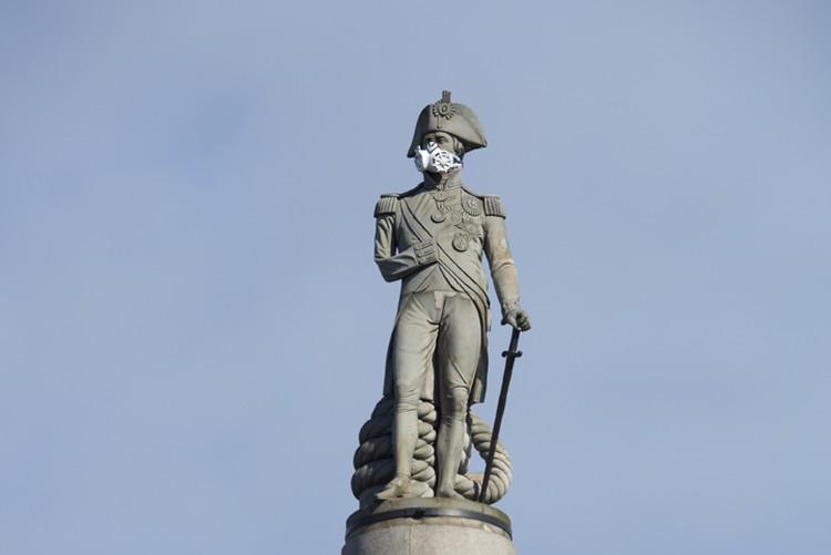 Активисты Гринписа надели респиратор на статую адмирала Нельсона в Лондоне в знак протеста против загрязнения городского воздуха. Апрель 2016