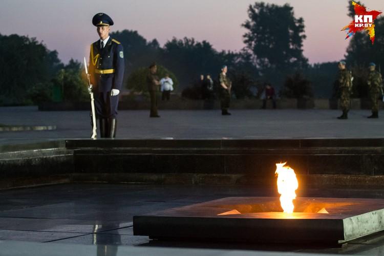 В эту ночь около вечного огня дежурил почетный караул.