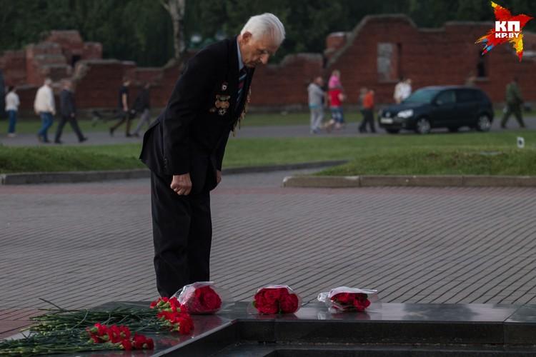 Ветеран склонил голову в память о своих сослуживцах.