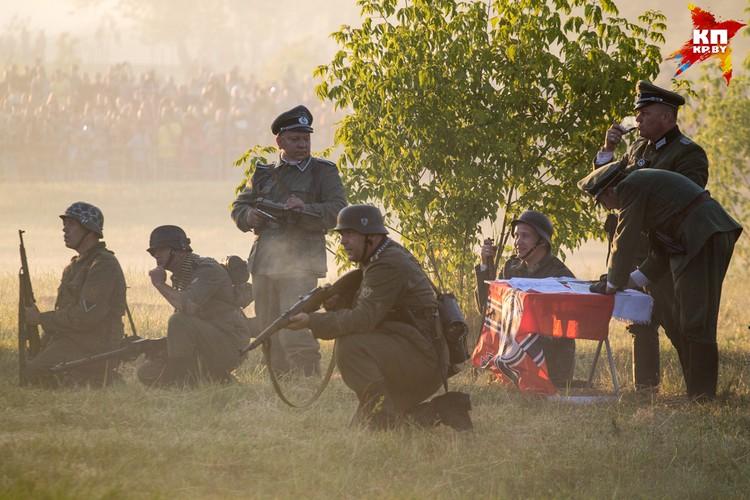 Немецкое командование говорит в громкоговоритель: «- Призываем вас, чтобы вы безоговорочно сдались! Дальнейшее сопротивление бесполезно!»