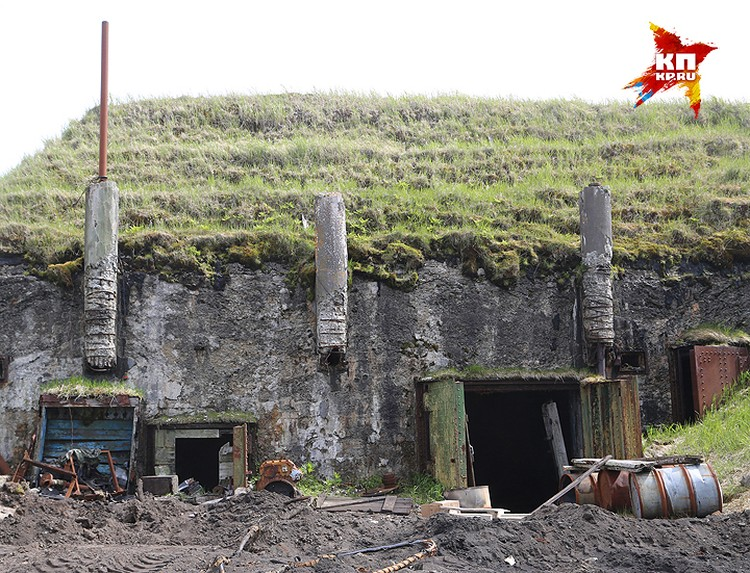 Мощные бетонные бункеры – стандартная островная постройка.