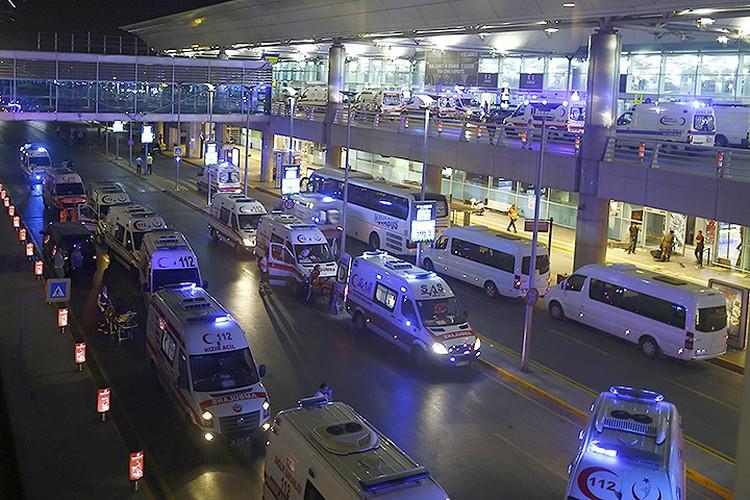 К терминалам аэропорта прибыли десятки карет скорой помощи.